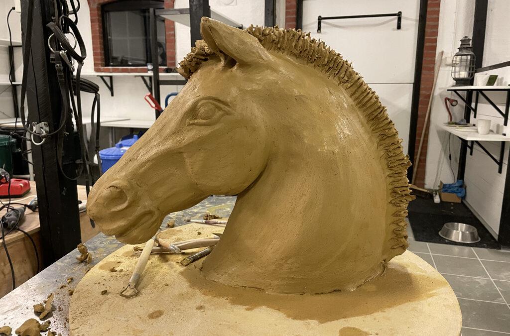 ny skulpterad häst